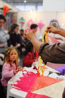 O fascínio das crianças na oficina de pipas. Festival da Tainha 2013