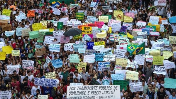 Manifestantes durante o Outono Quente. Alienados e  engajados, desorganizados e coesos. A vida é complexa demais para ser reduzida à rótulos